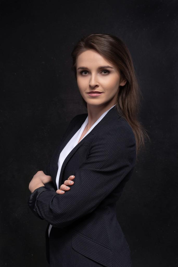 Portret biznesowy na klasycznym ciemnym tle